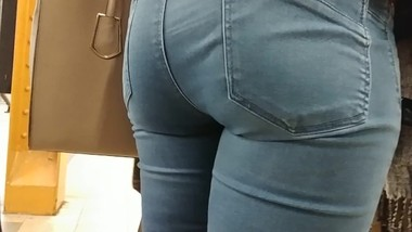 Huge Candid Mom Ass in Blue Jeans