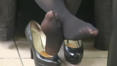 Candid shoeplay pump off