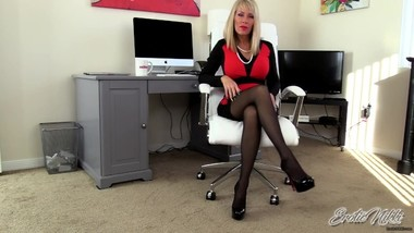 Nikki Ashton - Crossing Legs And Dangling Heels