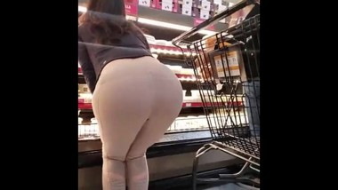 Hot MILF shows her great leggings ass at the shopping mall