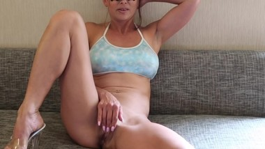 SEXY MILF, HUNTING FOR BIG WHITE COCK. CRAVES CUM ON HER FACE & SQUIRTS.