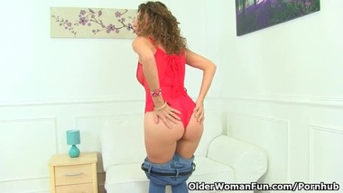 French milf Chloe spreads her legs for finger fun