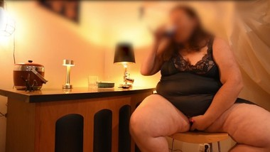 CLASSY SEXY BBW PLAYS WITH HERSELF AS SHE SITS AT THE BAR & GETS HIGH