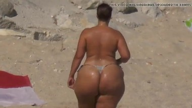 BLACK WOMAN WITH BIG ASS AND BIG TITS ON THE BEACH