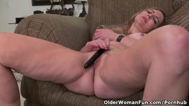 American milf Phoebe Waters makes her clit tingle