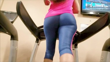 CANDID LATINA ASS JIGGLING ON TREADMILL