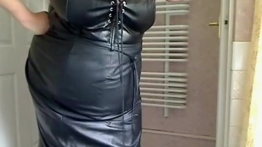 mature bbw in full leather showing us her tits