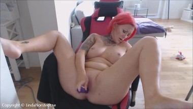 Swedish girl gets an mega squirt and make har computer desk all wet.