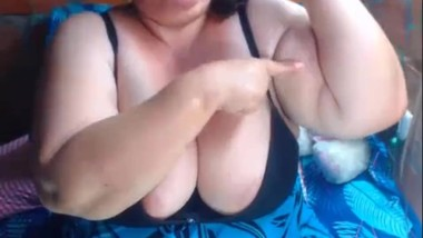 Jeanette Cute BBW flexes big biceps