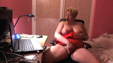 Fingering pussy and squirt at office