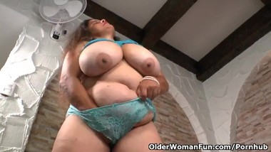 Latina BBW milf Rosaly pleasures her hairy pussy