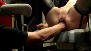 Slavegirl fisted on Gynochair
